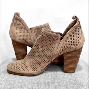 VINCE CAMUTO FYARINO SUEDE TAUPE BOOTIES SIZE 10